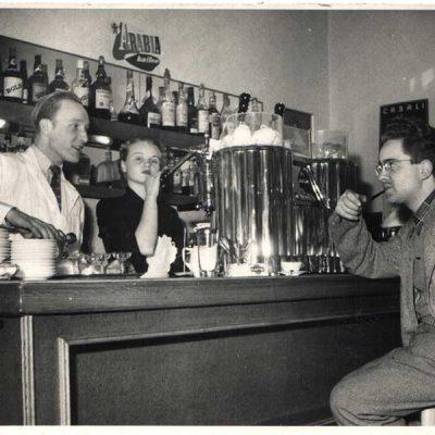 ehemaliges Espresso Vienna, dann LEO's Stammbeisl gegenüber vom Würstelstand LEO, hier mit Leo Mlynek jun (ca 1969)
