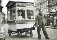 Erster fahrbarer Würstelstand (LEO) mit dessen Gründer Leopold Mlynek sen.