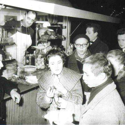 Der legendäre Würstelstand LEO mit seinem langjährigem Verkäufer Fritz Wilfing (ca 1952)