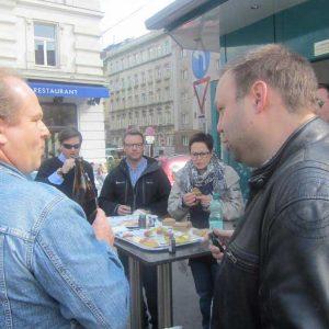 Norwegischer Besuch beim Wuerstelstand Leo, Wien's ältesten Würstelstand!