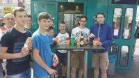 Weinbauklasse Fachschule Mistelbach beim Würstelstand LEO