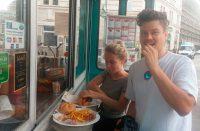 Das Magazin WIENERIN testet die Speisen beim LEO, hier die Käsekrainer und unser veganes Gourmet Hotdog
